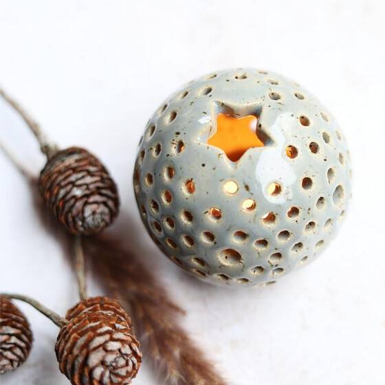 handgetoepfert-leuchtkugel-keramik-warmes-licht-grau-gesprenkelt