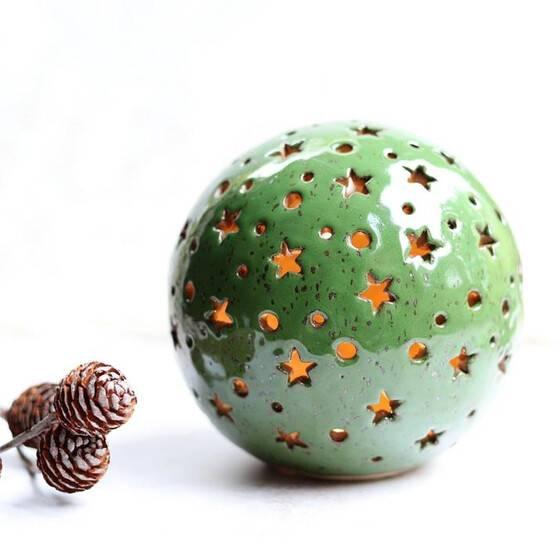 leuchtkugel-keramik-handmade-gruen-glaenzend-gesprenkelt-warmes-licht