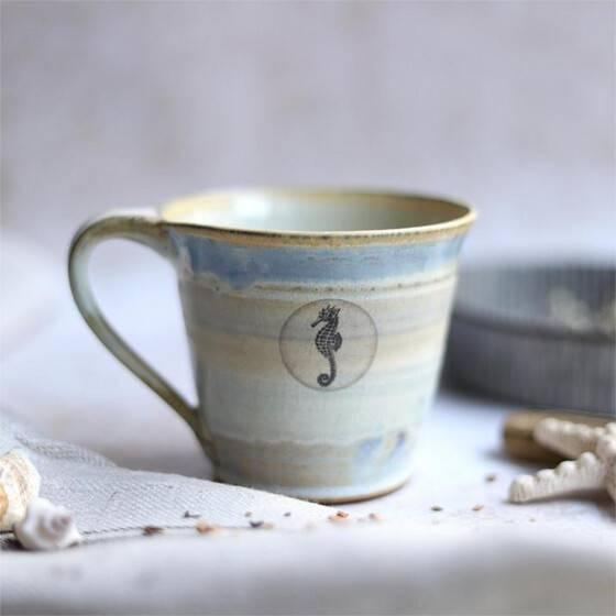 keramiktasse-maritim-beige-blau-seepferdchen
