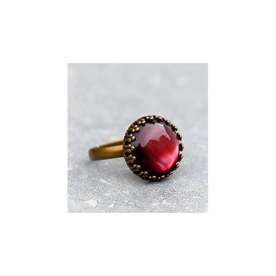 romantischer-ring-mit-rot-schimmerndem-stein