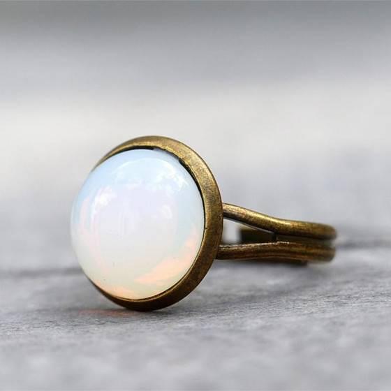 mondschein-zarter-eleganter-ring-white-opal-glasstein