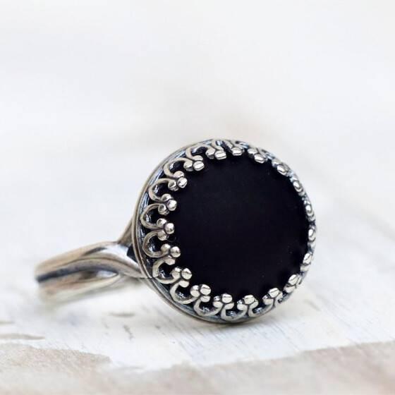kroenchen-ring-matt-schwarz-schmuckstein