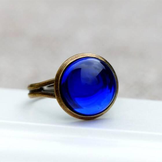 ring-meeresleuchten-mit-tiefblauem-schmuckstein