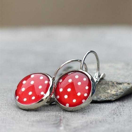 polka-dots-ohrringe-mit-weissen-puenktchen-auf-rot