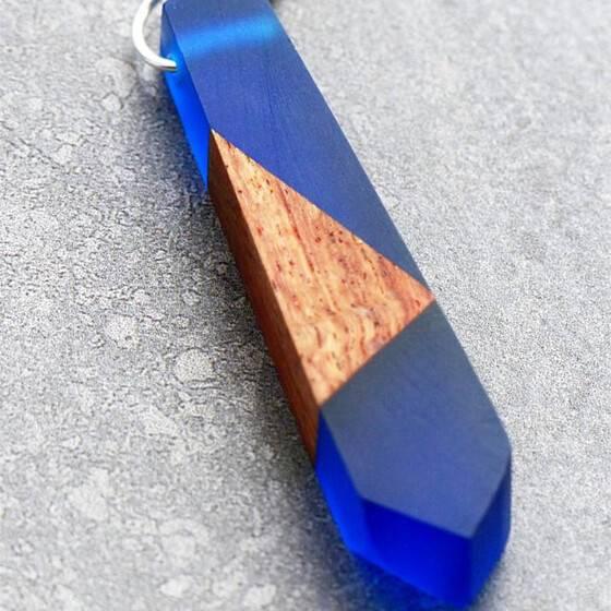 natuerlicher-schmuck-naturschmuck-kette-holz-harz-blau-3