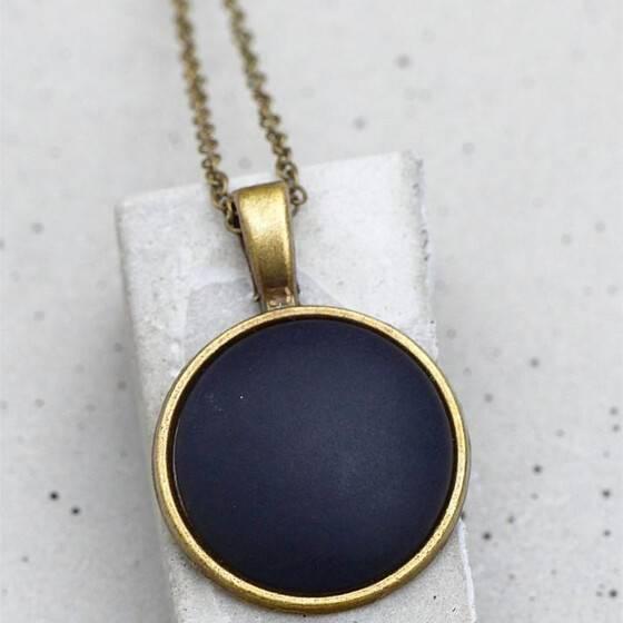 halskette-schwarz-matt-lang-bronze-fassung-festlicher-anlass-4