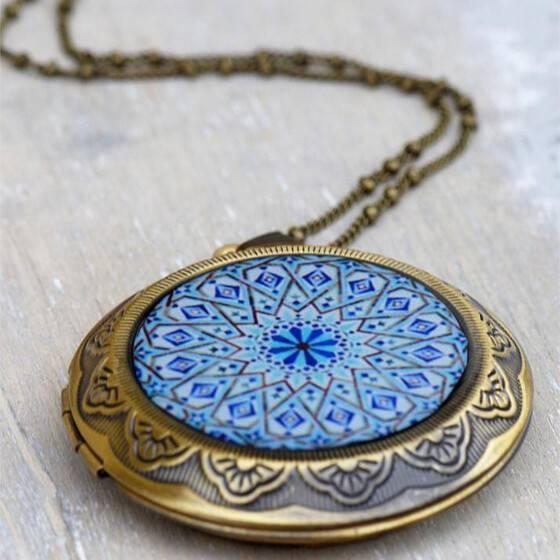 lange-kette-medallion-vintage-relief-blau-versteck-fach-4