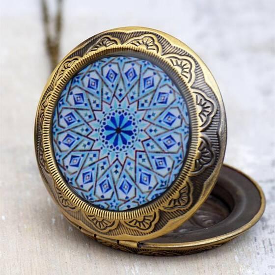 lange-kette-medallion-vintage-relief-blau-versteck-fach