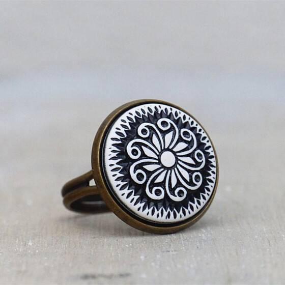 ring-mit-vintage-reliefstein-flora